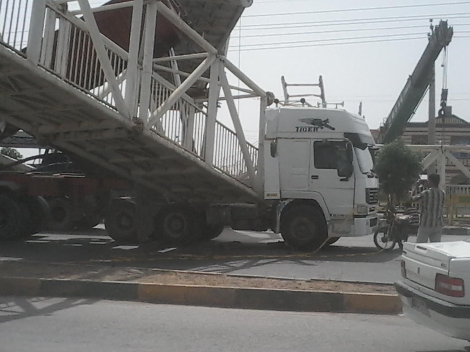 تصادف کامیون با پل عابر پیاده +تصاویر
