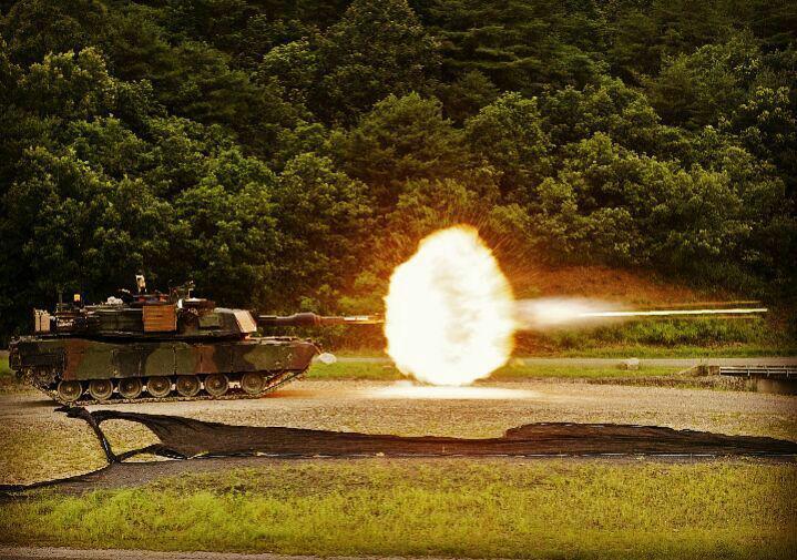 شلیک توپ ۱۲۰ میلیمتری توسط یک ام۱اِی۱ آبرامز.