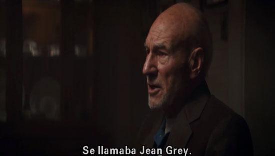 پرفسور اگزاویر در صحنه میهمانی شام به چین گری اشاره میکند