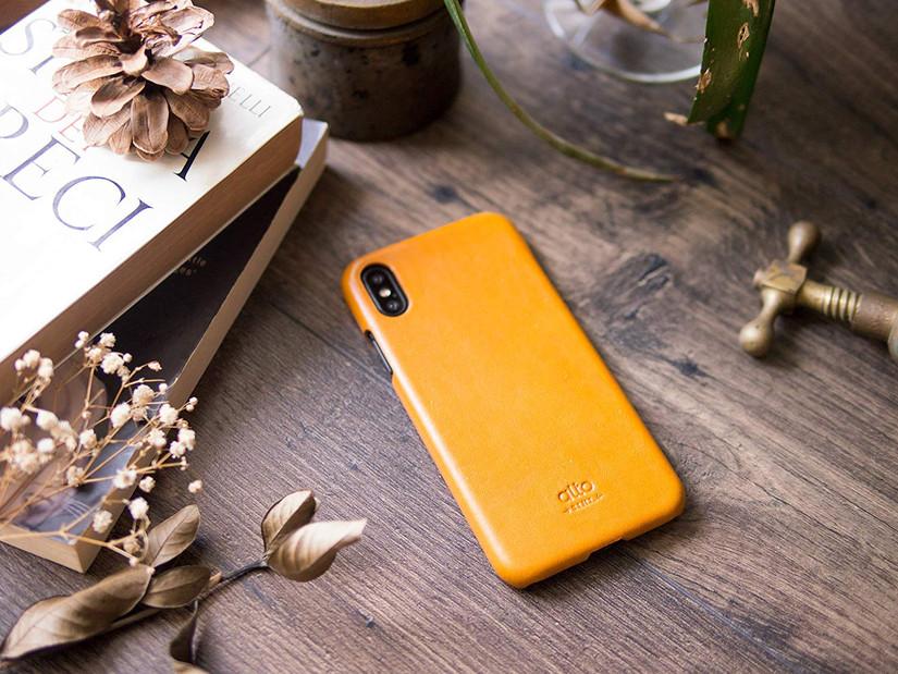 [تصویر:  Alto-leather-case-for-iPhone-Xs-on-table.jpg]